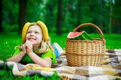 Niño con la fruta fotografía de archivo
