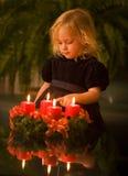 Niño con la guirnalda del advenimiento Fotografía de archivo libre de regalías