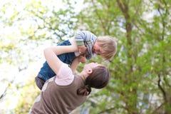Niño con la madre Fotos de archivo