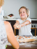 Niño con la madre que hace las bolas de masa hervida de la carne Imagen de archivo libre de regalías