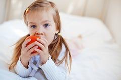 Niño con la manzana imágenes de archivo libres de regalías