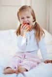 Niño con la manzana Imagen de archivo