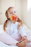 Niño con la manzana Fotografía de archivo libre de regalías