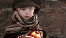 Niño con la manzana Fotografía de archivo