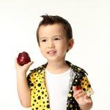 Niño con la manzana Fotos de archivo