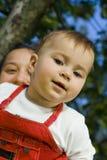 Niño con la momia foto de archivo
