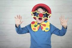 Niño con la nariz del payaso y los vidrios divertidos fotografía de archivo libre de regalías