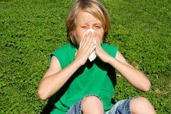 Niño con la nariz que sopla de la alergia Fotos de archivo