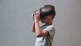 Niño con la observación de las auriculares de VR almacen de video