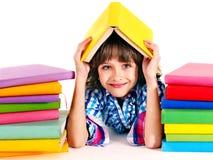 Niño con la pila de libros. Imágenes de archivo libres de regalías