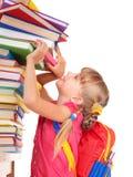 Niño con la pila de libros. Imagen de archivo libre de regalías
