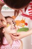 Niño con la pintura de la cara en sitio del juego. fotografía de archivo