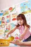 Niño con la pintura en clase de arte. fotografía de archivo libre de regalías