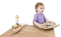 Niño con la pizza hecha casera imagen de archivo libre de regalías