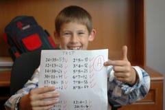Niño con la prueba de la matemáticas Imagen de archivo libre de regalías