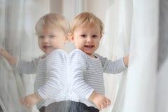 Niño con la reflexión Imagenes de archivo