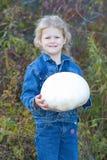 Niño con la seta de la bola del soplo. Imagen de archivo libre de regalías