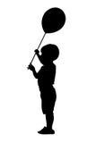 Niño con la silueta de la bola imagen de archivo