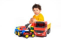 Niño con la superabundancia de juguetes imagen de archivo libre de regalías