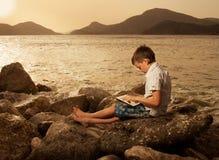 Niño con la tableta Foto de archivo