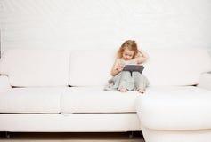 Niño con la tableta imágenes de archivo libres de regalías