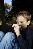 Niño con la tableta al aire libre en un parque Fotos de archivo