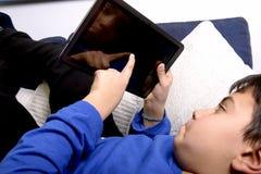 Niño con la tableta genérica Fotografía de archivo
