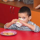 Niño con la taza Fotos de archivo