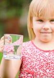 Niño con la taza de agua Imagenes de archivo
