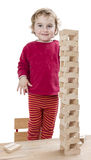 Niño con la torre hecha de bloques del juguete imagenes de archivo