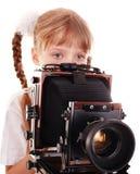 Niño con las cámaras digitales de madera viejas del formato grande. Imágenes de archivo libres de regalías