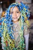 Niño con las flámulas alrededor del cuello y de la cabeza Imagen de archivo libre de regalías