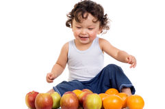 Niño con las frutas. Imagenes de archivo