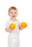 Niño con las frutas sanas de las naranjas del alimento Imagen de archivo libre de regalías