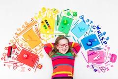 Niño con las fuentes de la escuela y del dibujo Estudiante con el libro Imagen de archivo