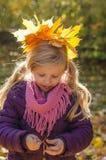 Niño con las hojas de otoño Fotos de archivo libres de regalías