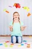 Niño con las letras coloridas Imagen de archivo
