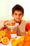 Niño con las naranjas Imágenes de archivo libres de regalías