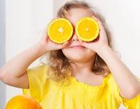 Niño con las naranjas foto de archivo