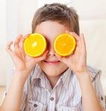Niño con las naranjas Fotografía de archivo