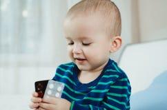 Niño con las píldoras imagen de archivo