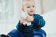 Niño con las píldoras Fotos de archivo