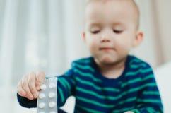 Niño con las píldoras Imágenes de archivo libres de regalías