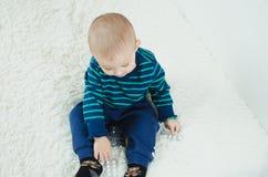 Niño con las píldoras Imagenes de archivo