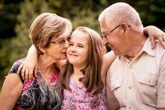 Niño con los abuelos imagen de archivo