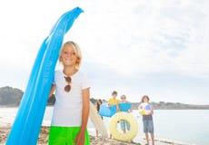 Niño con los amigos en la playa arenosa Imágenes de archivo libres de regalías