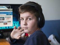 Niño con los auriculares Foto de archivo