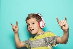 Niño con los auriculares de la música imagenes de archivo