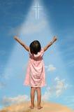 Niño con los brazos ampliados hacia cielo Foto de archivo libre de regalías