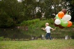 Niño con los globos Fotos de archivo libres de regalías